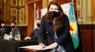 Mariel Frnández firmó el convenio del programa Potenciar Trabajo