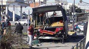 Diez heridos tras un choque entre una camioneta y un colectivo de la línea 166