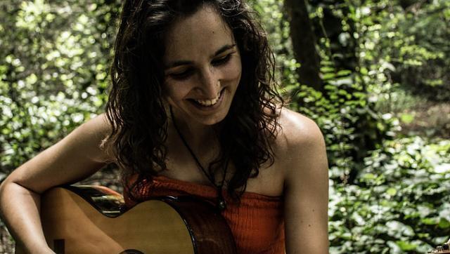 """Entre la poesía y la música: Caro Tapia saca su nuevo libro-disco """"Cuatro estaciones"""""""
