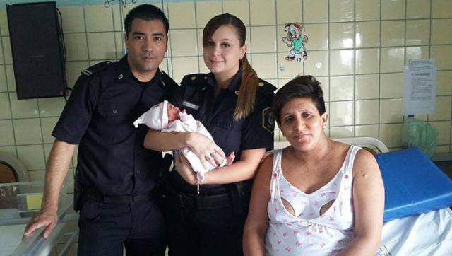 Castelar: madre dio a luz en la calle con la ayuda de dos policías