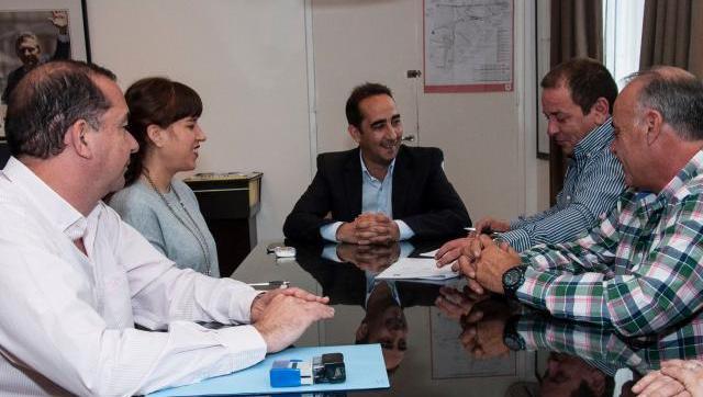 Risas en el despacho: Tagliaferro pactó con el sindicato municipal un 18% en dos cuotas