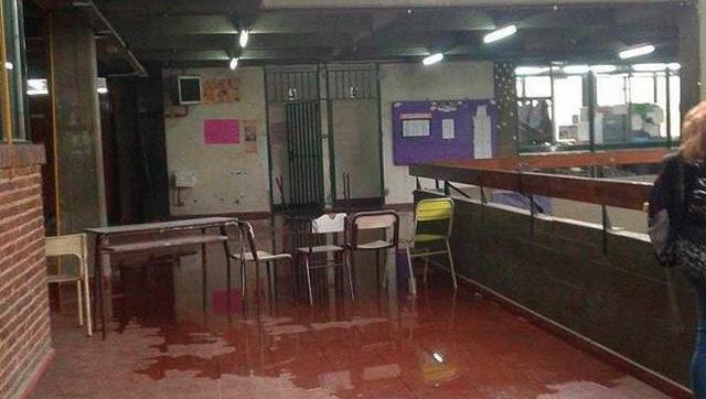 Educación sin inversión: otro día sin clases en el Dorrego por el desborde de materia fecal y orina