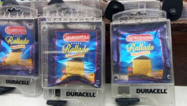 A esto llegamos: un supermercado de Morón le puso alarmas antirrobo al sobre de queso rallado de 40 gramos