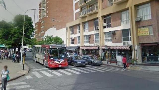 Total impunidad: delincuentes armados asaltaron a alumna a plena luz del día en la esquina de la plaza San Martín