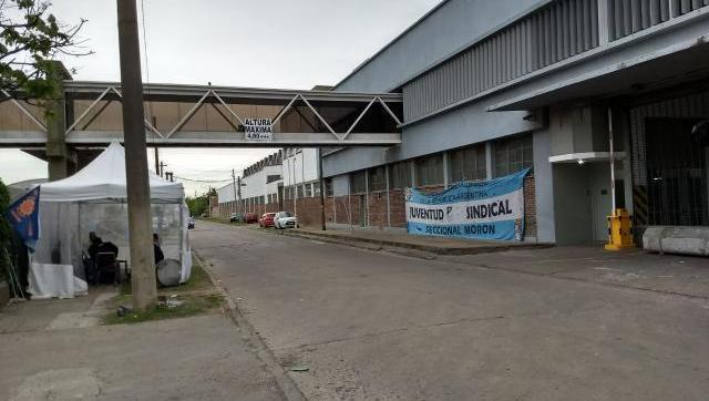 Otra fábrica del Oeste con trabajadores despedidos y empleos en riesgo