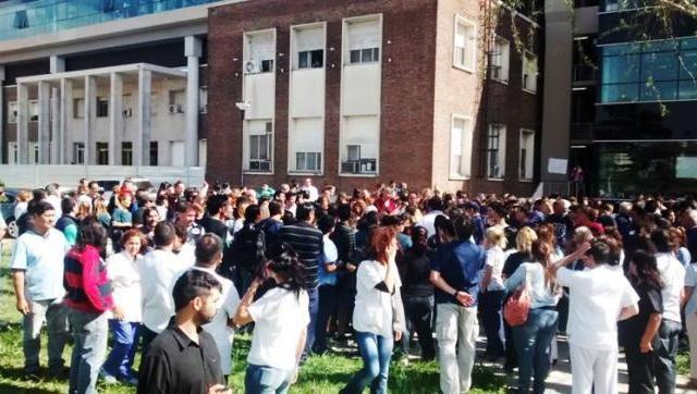 Más ajuste al Hospital, más familias en la calle: echaron a 122 profesionales y trabajadores del Posadas