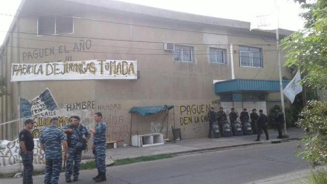 Tristeza total: desalojaron a los últimos trabajadores que quedaban en la fábrica de jeringas de Morón, un emblema nacional