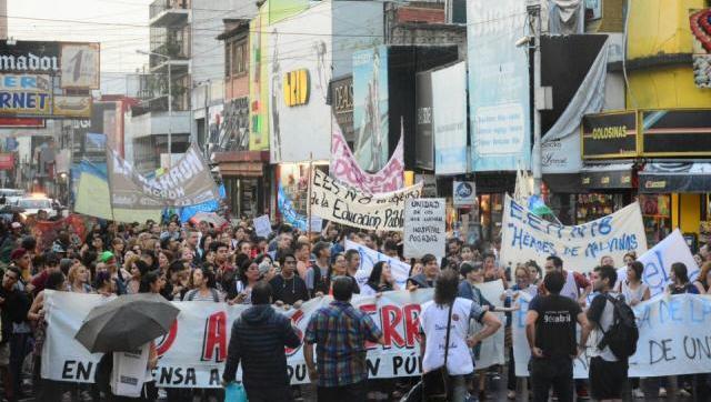 Se realizó una masiva manifestación en Morón contra el cierre de los bachilleratos de adultos