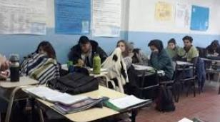 Vidal lo hizo: en Castelar, alumnos van a la escuela con frazadas porque no hay gas ni luz