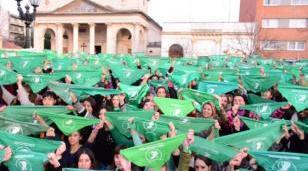 """Fue masivo el """"Pañuelazo"""" en Morón a favor de la legalización del aborto"""
