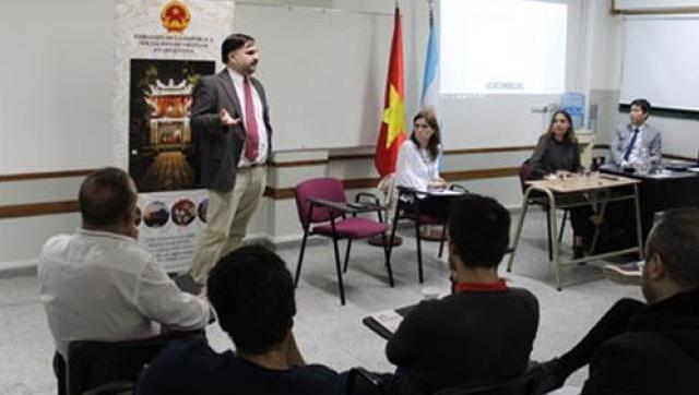 Cónsul de Vietnam presente en la UAI