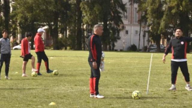 Programa de entrenamiento intensivo en fútbol para una escuela japonesa en el Ward