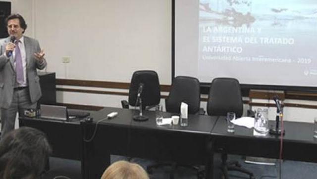 Charla en la UAI sobre política, ciencia y medio ambiente en la Antártida