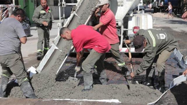 Avanzan las obras de bacheo con hormigón en Morón Norte