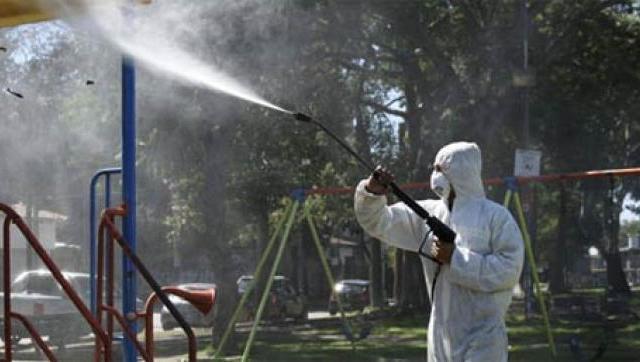 Fumigación de espacios públicos para combatir el dengue