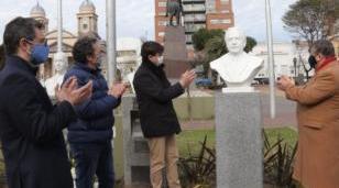 El Municipio colocó un busto en homenaje a Raúl Alfonsín y restituyó el de Néstor Kirchner