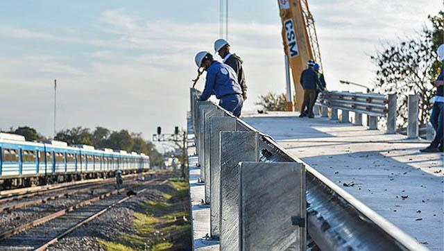Comenzó el montaje de los puentes modulares sobre las vías del ferrorcarril Sarmiento